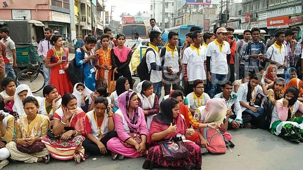 Photo of ছাত্রীদের সাথে অশালীন আচরণের অভিযোগ টোটো চালকদের বিরুদ্ধে, পথ অবরোধ রায়গঞ্জে