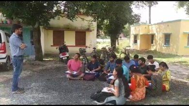 Photo of ছাত্র আন্দোলনের জেরে তালা বন্ধ ক্লাস রুম, গাছ তলায় পঠন-পাঠন রায়গঞ্জ বিশ্ববিদ্যালয়ে