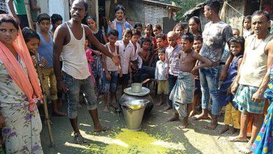 Photo of নিম্নমানের খাবার,মিড ডে মিলের খিচুড়ি রাস্তায় ফেলে বিক্ষোভ গ্রামবাসীদের