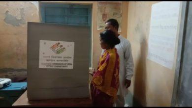 Photo of স্ত্রীয়ের সাথে ভোট কক্ষে ঢুকে বিতর্কে কালিয়াগঞ্জের বিজেপি প্রার্থী