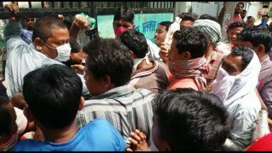 Photo of রেশনে খাদ্যসামগ্রী কম দেওয়ার অভিযোগ, ঘটনাস্থলে পুলিশ রায়গঞ্জে