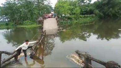 Photo of ব্রীজ ভেঙে নদীতে পড়ল ট্রাক