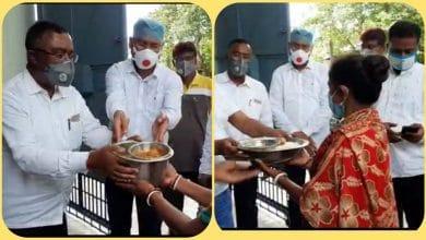 Photo of শরনার্থীদের রান্না করা খাবার তুলে দিল রায়গঞ্জ পুরসভা