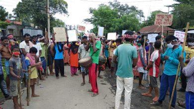 road block by villagers demanding metalled road at habibpur in maldah